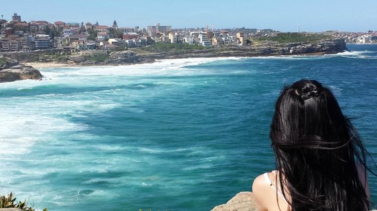 Bondi to Coogee Beach Coastal Walk: look at the waves crashing agaisnt the rock