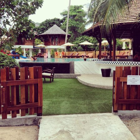 Sairee Cottage Resort: La piscine+ bar