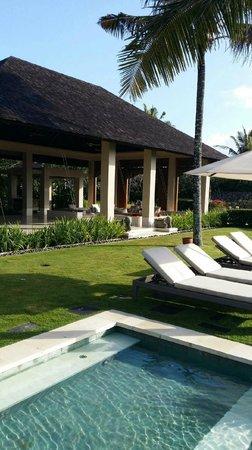 The Ungasan Clifftop Resort: Villa Ambar view back from pool