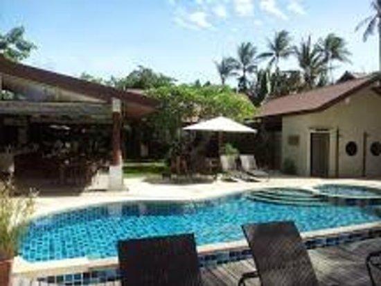 Samahita Retreat : Yoga shala (outdoors) and the pool