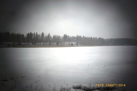 Motel Patalahti: Вид на мотель с другого берега озера