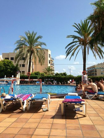 Hotel Playasol Mare Nostrum: Piscina do hotel no inicio da tarde