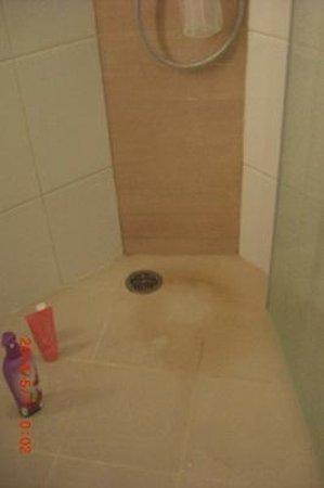 Novotel Phuket Vintage Park: Water at shower