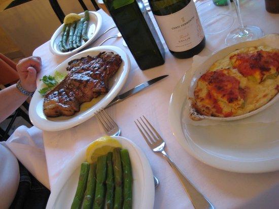 Ristorante Alfredo Sull'Arno: Bistecca alla fiorentina con asparagi, le crespelle alla fiorentina con ripieno di spinaci e ric