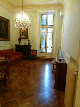Lady Verona: Living/dining room