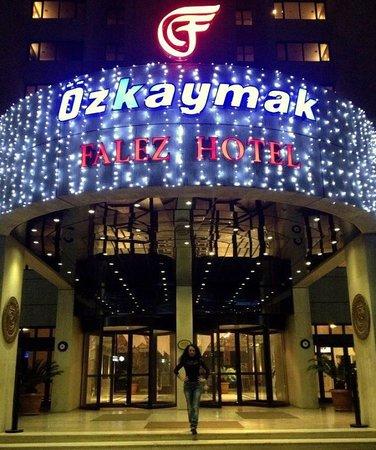 Ozkaymak Falez Hotel: Вход в отель вечером