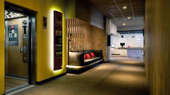 Intérieur de l'hôtel IPDH- Ibis Lyon Part Dieu les Halles. Accès étages par ascenseur.
