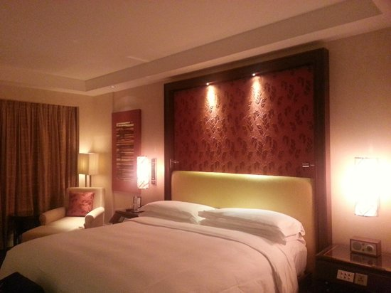 The Ritz-Carlton, Bangalore: The Room - Very Warm and Appealing