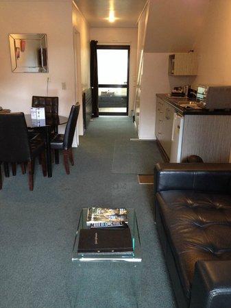 Arista of Rotorua : Downstairs lounge & kitchenette