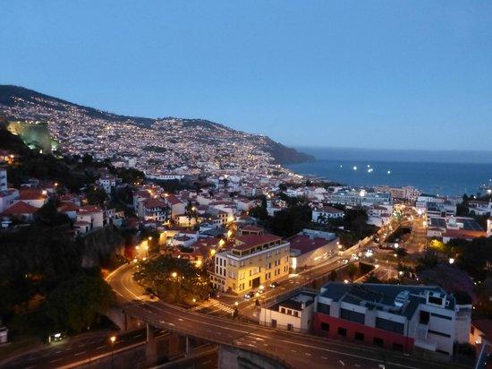 Four Views Baia: Vue de la chambre sur la Baie de Funchal au crépuscule