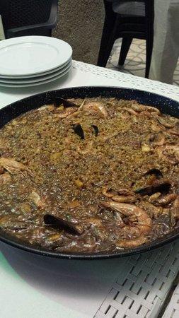 La Tortillita: Une paella de fruits de mer. Un copieux festin pour 4.