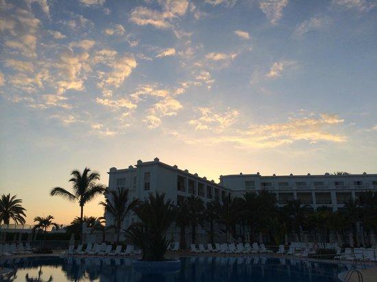 Hotel Riu Palace Maspalomas: Sicht von Pool auf Hotelflügel