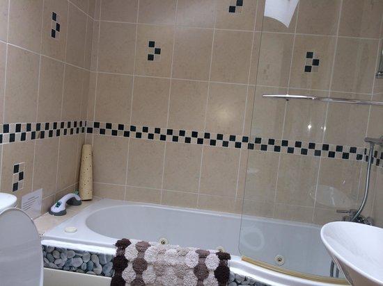 Carlyon Guest House: Room 2A - Whirlpool Jacuzzi Bath