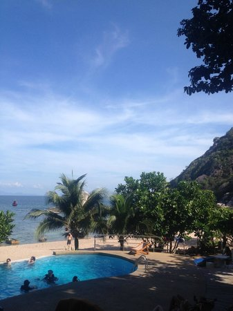Montalay Beach Resort : piscine donnant sur la plage