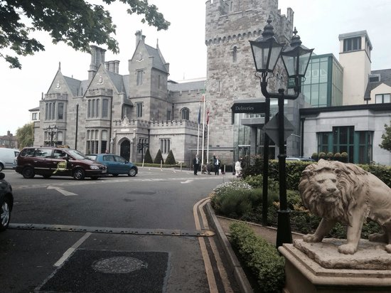 Clontarf Castle Hotel: The entrance