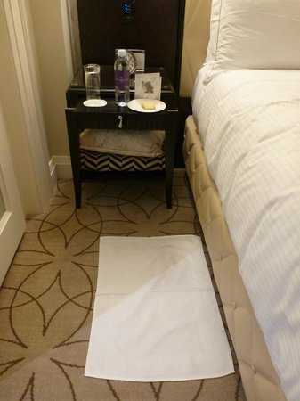 Rosewood Hotel Georgia : Very nice bed side linen.  Bottled water and cookies were provided every night.