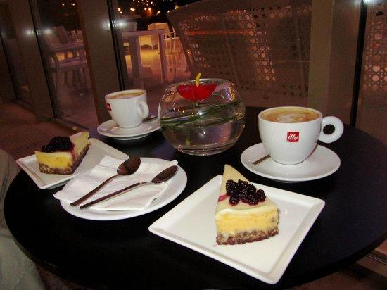 Rixos Hotel Libertas: coffee n cake in the bar