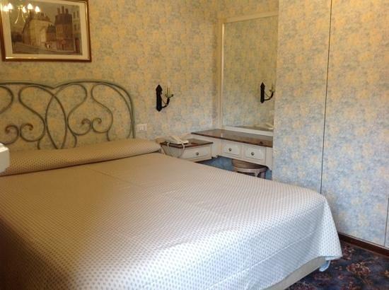 Metropole Suisse Hotel: Inside the room.