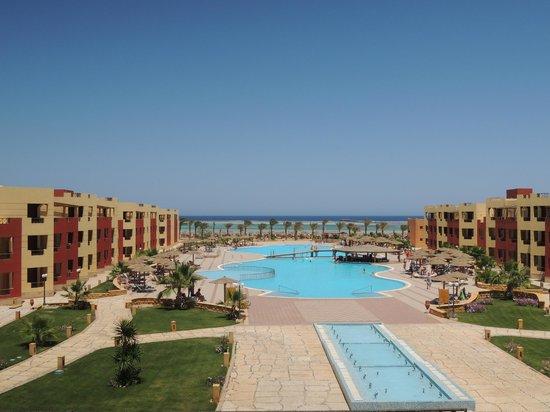Magic Tulip Beach Resort: Vista del villaggio dall'uscita della reception