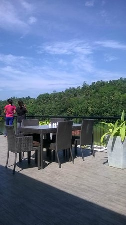 Cinnamon Citadel Kandy: The Deck attached to the dining with the view of the Mahaweli river & the forest