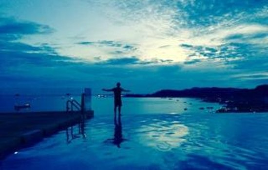 Four Points by Sheraton Sandakan: infinity pool at dusk