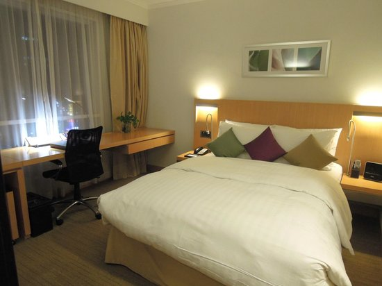 working area and bed (Novotel Century Hong Kong)