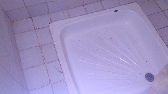 Lutheran Uhuru Hotel Moshi: not a very clean shower tray