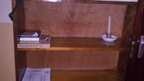 Lutheran Uhuru Hotel Moshi: suite bedroom book shelf.... not necessary
