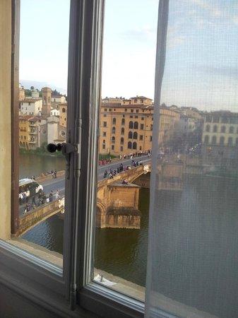 Hotel Bretagna : Janela do quarto - Vista Rio Arno e  Ponte Santa Trinita