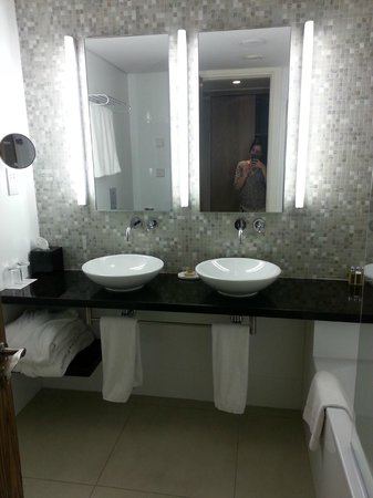 Sunrise Pearl Hotel & Spa: His and Her Basin
