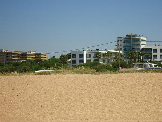 Cavalo Preto Beach Resort: View of apartments from the beach
