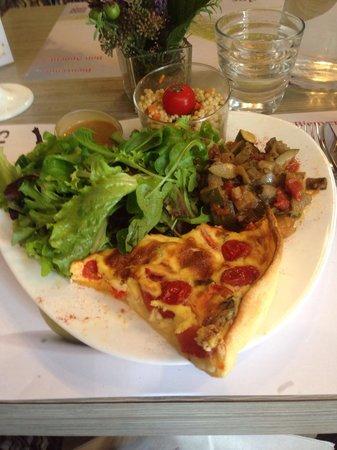 Place des sens: Grande assiette gourmande et sa tarte fondante aux 2 tomates et mozzarella.