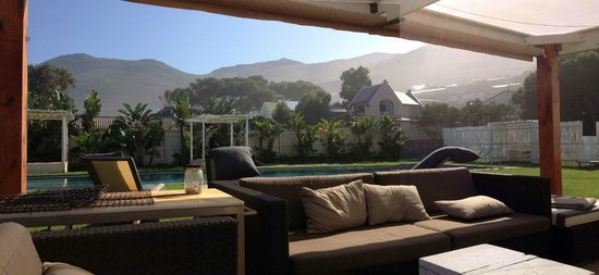 Zensa Lodge: the porch / pool area