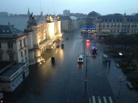 Hotel de L'Europe: A very early morning view of a rainy square. There is something that I love about this photo.