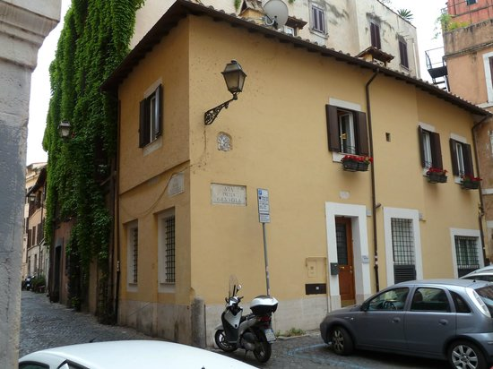 La Gensola in Trastevere: The apartment building