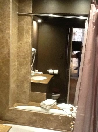 Hotel de Orangerie: Bathroom