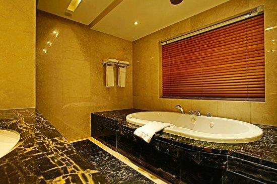 Coral Beach Hotel & Resort : Penthouse Bathroom