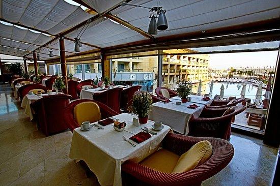 Coral Beach Hotel & Resort : Winter Garden