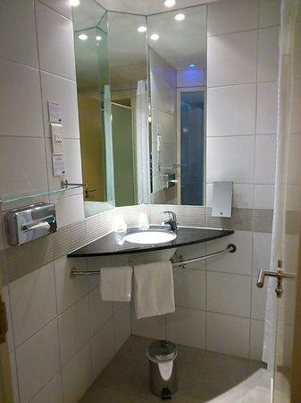 Holiday Inn Express Marseille-Saint Charles: La salle de bains