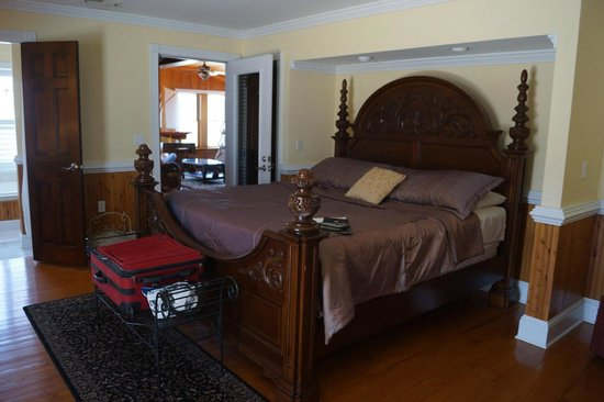 The Burrus House Inn: Look at this gorgeous bed!