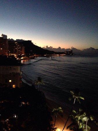Moana Surfrider, A Westin Resort & Spa: (ホテルのベランダから) 明け方の景色も最高です。