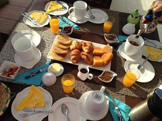Riad El Maati : Petit-déjeuner servi sur la terrasse
