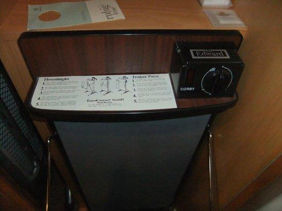 Sheraton Frankfurt Congress Hotel : Trouser presser in room