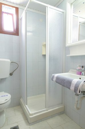 Elounda Heights Apartments and Studios: Shower and WC, 'Pan' studio