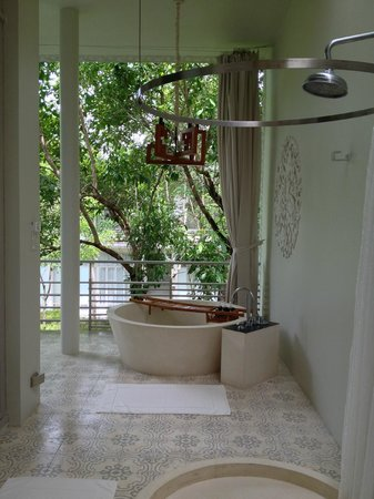 SALA Phuket Resort & Spa: Outdoor bathroom with tub
