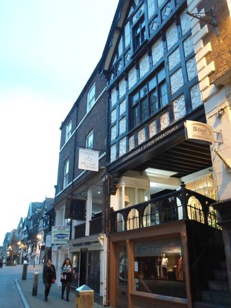 Chester Civil War Tours: An old building sandwiched by the new