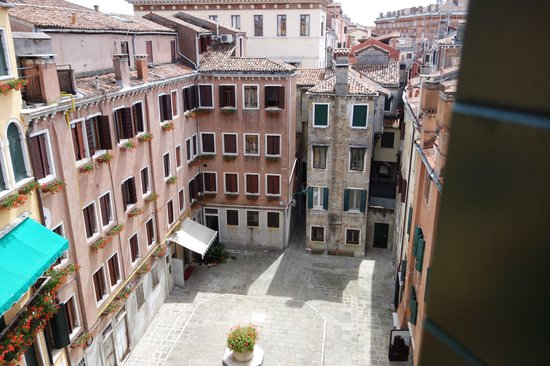 Hotel Al Codega: View of courtyard from room