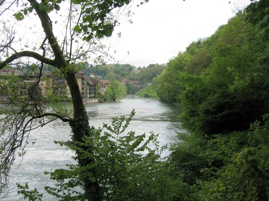 Old Town Bern: Walking along the river Aare