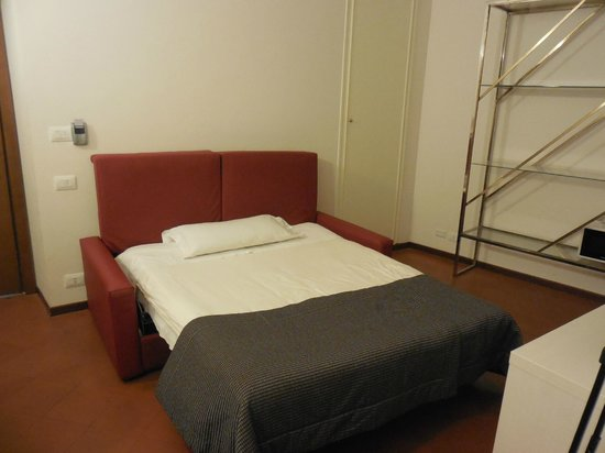 Residenza Leonina: bed sofa on the living room (suite room)