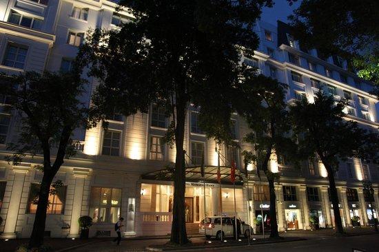 Sofitel Legend Metropole Hanoi : Old wind entrance at night